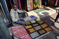 Πλανόδιος πωλητής που πωλεί Jewlery στοκ φωτογραφίες