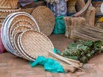 Πλανόδιος πωλητής στο Νεπάλ που πωλεί τους υφαμένους δίσκους και τα καλάθια Στοκ Φωτογραφία