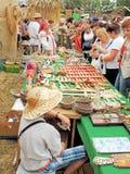 Πλανόδιος πωλητής του αναμνηστικού με ένα καπέλο αχύρου στοκ φωτογραφία με δικαίωμα ελεύθερης χρήσης
