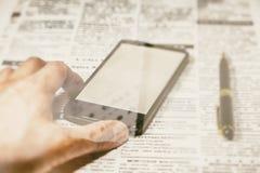 Πλαστά εφημερίδα και smartphone Στοκ Φωτογραφίες