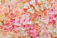 Πλαστά λουλούδια των όμορφων ρόδινων τριαντάφυλλων και των ορχιδεών για το γάμο Στοκ Φωτογραφία