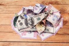 Πλαστά χρήματα τραπεζογραμματίων στον πίνακα Στοκ φωτογραφία με δικαίωμα ελεύθερης χρήσης