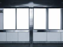 Πλαστή επάνω κάθετη αγγελία τέσσερα επίδειξη αφισών στο σταθμό μετρό Στοκ Φωτογραφίες