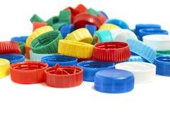 Πλαστικά καλύμματα μπουκαλιών που απομονώνονται στο λευκό Στοκ Εικόνες