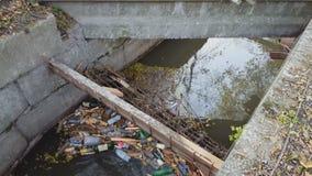 Πλαστικά μπουκάλια και άλλα παλιοπράγματα που μολύνουν το περιβάλλον νερού απόθεμα βίντεο