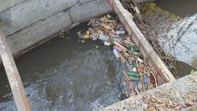 Πλαστικά μπουκάλια και άλλα παλιοπράγματα που μολύνουν το περιβάλλον νερού φιλμ μικρού μήκους