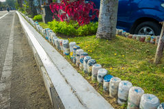 Πλαστικά μπουκάλια νερό στο πάρκο στην άνω πλευρά - κάτω στη σειρά, που ανακυκλώνονται για να εξωραΐσουν τα πάρκα και τις λεωφόρο Στοκ φωτογραφία με δικαίωμα ελεύθερης χρήσης
