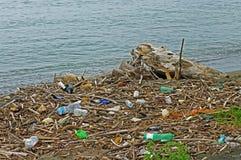 Πλαστικά μπουκάλια που ένας ποταμός φέρνει στη Μεσόγειο Ιταλία, το Σεπτέμβριο του 2016 Στοκ φωτογραφία με δικαίωμα ελεύθερης χρήσης