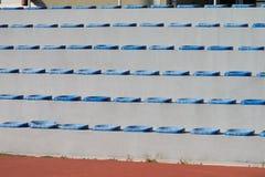 Πλαστικά μπλε καθίσματα στο γήπεδο ποδοσφαίρου Στοκ Εικόνα