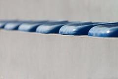 Πλαστικά μπλε καθίσματα στο γήπεδο ποδοσφαίρου Στοκ εικόνες με δικαίωμα ελεύθερης χρήσης