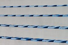 Πλαστικά μπλε καθίσματα στο γήπεδο ποδοσφαίρου Στοκ φωτογραφία με δικαίωμα ελεύθερης χρήσης