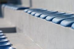 Πλαστικά μπλε καθίσματα στο γήπεδο ποδοσφαίρου Στοκ φωτογραφίες με δικαίωμα ελεύθερης χρήσης