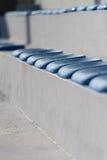 Πλαστικά μπλε καθίσματα στο γήπεδο ποδοσφαίρου Στοκ Εικόνες
