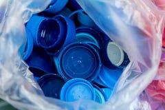 Πλαστικά μπλε καλύμματα μπουκαλιών Στοκ Εικόνες
