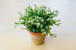 Πλαστικά λουλούδια στον πίνακα Στοκ φωτογραφίες με δικαίωμα ελεύθερης χρήσης