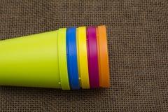 πλαστικά πολύχρωμα γυαλιά στο σκοτεινό υπόβαθρο Γυαλί του διάφορου χρώματος Στοκ εικόνα με δικαίωμα ελεύθερης χρήσης