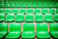 Πλαστικά πράσινα καθίσματα στο γήπεδο ποδοσφαίρου Στοκ Φωτογραφίες
