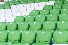 Πλαστικά πράσινα και άσπρα καθίσματα στο γήπεδο ποδοσφαίρου Στοκ εικόνα με δικαίωμα ελεύθερης χρήσης