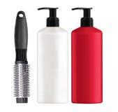 Πλαστικές σαμπουάν και χτένα μπουκαλιών που απομονώνονται στο λευκό Στοκ εικόνα με δικαίωμα ελεύθερης χρήσης