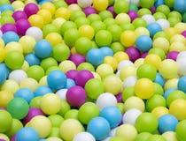 Πλαστικές σφαίρες Colorfull στο πάρκο παιδιών στοκ εικόνες με δικαίωμα ελεύθερης χρήσης