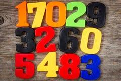Πλαστικοί αριθμοί στο ξύλινο υπόβαθρο Στοκ Φωτογραφίες