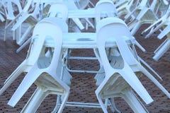 Πλαστικοί καρέκλες και πίνακες Στοκ εικόνα με δικαίωμα ελεύθερης χρήσης