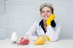 πλαστικοί σβόλοι Θηλυκή συνεδρίαση ερευνητών σε ένα γραφείο στοκ φωτογραφίες με δικαίωμα ελεύθερης χρήσης