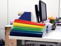 Πλαστικοί φάκελλοι κορυφογραμμών στον πίνακα στοκ φωτογραφία με δικαίωμα ελεύθερης χρήσης