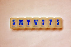 Πλαστικός διοργανωτής κιβωτίων χαπιών για τη χρήση μιας εβδομάδας Στοκ εικόνες με δικαίωμα ελεύθερης χρήσης