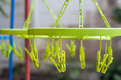 Πλαστικός συνδετήρας στις κρεμάστρες Στοκ Φωτογραφία