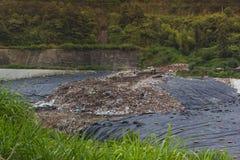 Πλαστικό, απορρίμματα, και απορρίματα που ρίχνονται σε μια κοιλάδα στην Κίνα στοκ εικόνες