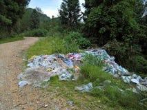 Πλαστικό, απορρίμματα, και απορρίματα στην αγροτική Κίνα στοκ εικόνα