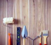 πλαστικό γαλλικό κλειδί βερνιέρων εργαλείων κατσαβιδιών λαβών σφυριών χρωμίου παχυμετρικών διαβητών ανασκόπησης Στοκ φωτογραφία με δικαίωμα ελεύθερης χρήσης