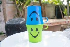 Πλαστικό γυαλί δύο με το εικονίδιο χαμόγελου Στοκ εικόνα με δικαίωμα ελεύθερης χρήσης