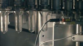 Πλαστικό, μπουκάλια της PET που κινείται σε έναν μεταφορέα σε ένα πλαστικό εργοστάσιο παραγωγής μπουκαλιών απόθεμα βίντεο
