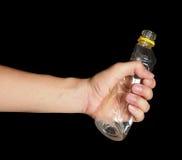 Πλαστικό μπουκάλι αρπαγών χεριών Στοκ Εικόνες