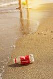 Πλαστικό μπουκάλι στην παραλία στοκ εικόνες με δικαίωμα ελεύθερης χρήσης