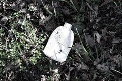 Πλαστικό μπουκάλι στη χλόη Στοκ εικόνα με δικαίωμα ελεύθερης χρήσης