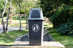 Πλαστικό δοχείο σκόνης στον κήπο Στοκ φωτογραφία με δικαίωμα ελεύθερης χρήσης