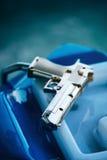 Πλαστικό πυροβόλο όπλο παιχνιδιών για το τηλεοπτικό παιχνίδι arcade Στοκ φωτογραφία με δικαίωμα ελεύθερης χρήσης