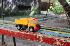 Πλαστικό φορτηγό παιχνιδιών στο χρωματισμένο πάγκο Στοκ Εικόνα