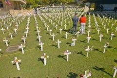 Πλαστοί σοβαροί δείκτες των αμερικανικών στρατιωτών που πέθαναν στον πόλεμο του Ιράκ στη δύση του Άρλινγκτον, Santa Barbara, ασβέ Στοκ Φωτογραφία