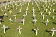 Πλαστοί σοβαροί δείκτες των αμερικανικών στρατιωτών που πέθαναν στον πόλεμο του Ιράκ στη δύση του Άρλινγκτον, Santa Barbara, ασβέ Στοκ φωτογραφίες με δικαίωμα ελεύθερης χρήσης