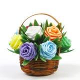 πλαστός αυξήθηκε λουλούδι στο καλάθι ινδικού καλάμου Στοκ Εικόνες