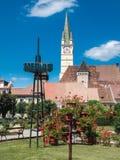 Πλατεία της πόλης MEDIA Ρουμανία και σαξονικός πύργος ρολογιών καθεδρικών ναών Στοκ φωτογραφία με δικαίωμα ελεύθερης χρήσης