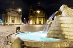 Πλατεία del popolo με τις δίδυμες εκκλησίες στη Ρώμη στη νύχτα Στοκ εικόνα με δικαίωμα ελεύθερης χρήσης