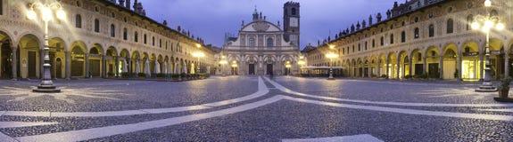 Πλατεία Ducale, Vigevano, ευρύ πανόραμα γωνίας Εικόνα χρώματος Στοκ φωτογραφία με δικαίωμα ελεύθερης χρήσης