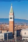 Πλατεία SAN Marco με τον πύργο κουδουνιών και το Doge παλάτι ενάντια στις ιταλικές Άλπεις στη Βενετία, Ιταλία Στοκ Εικόνα