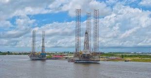 Πλατφόρμα άντλησης πετρελαίου στις αυλές Στοκ Εικόνες