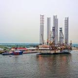 Πλατφόρμα άντλησης πετρελαίου στο σούρουπο στοκ εικόνες